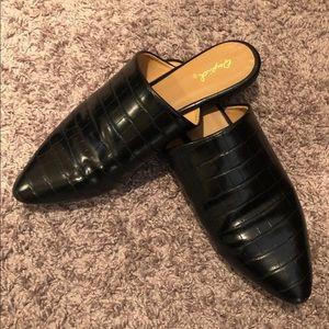 Women's size 7/12–8 shoes